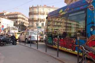 Place Saint-Denis � Montpellier, automobiles et tramways sont au m�me r�gime. Photo : Anje34 le 26/03/2012